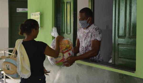 Imagens da Famílias em situação de vulnerabilidade recebem cestas básicas na Sede e outras Localidades.